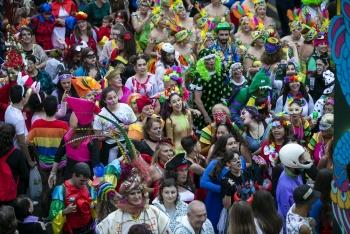 Das Hofgefolge des Karnevals geht auf die Straße