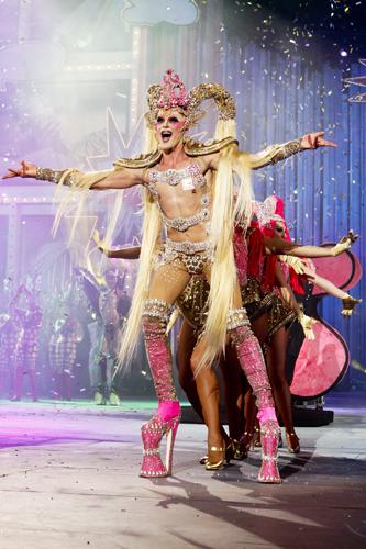 Kuki con su fantasía Diamante rosa, coronada Drag Queen del Carnaval 2012