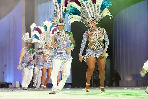 El ritmo y el color de las comparsas inunda el Carnaval del Cómic