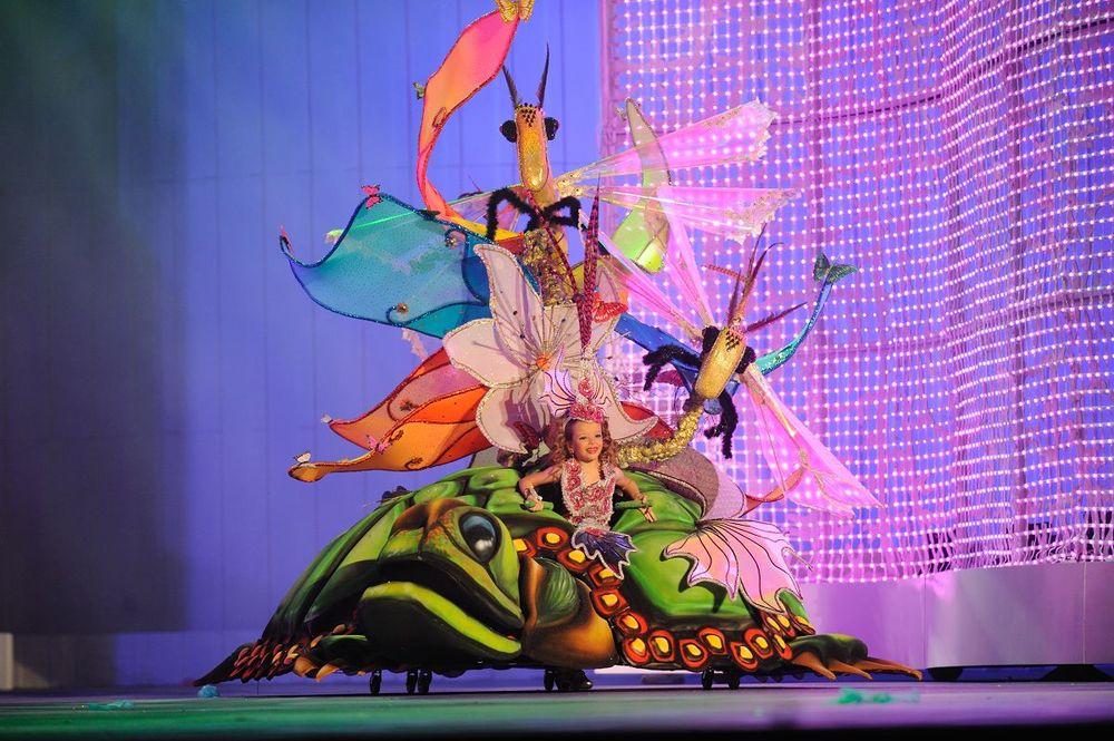 El carnaval infantil corona a la niña Selena Pérez