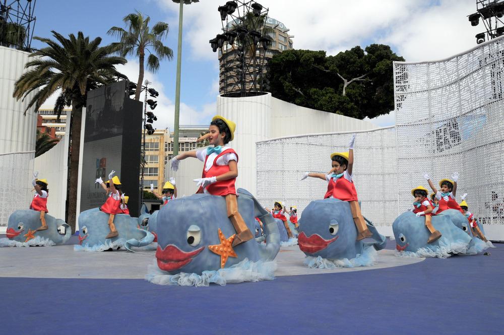 El concurso de disfraces infantiles llena el escenario del carnaval con los más pequeños de la casa