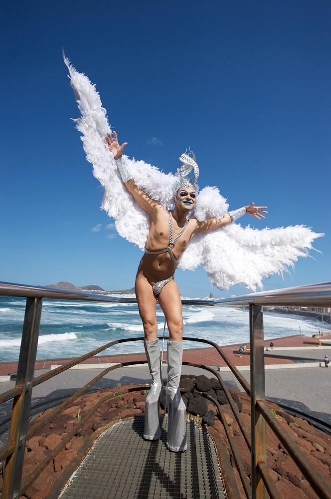 La avenida Mesa y López acoge una exposición de fotografías de Drag Queens del mundo
