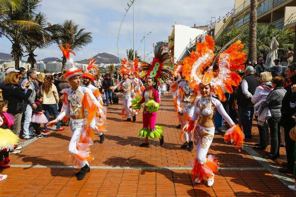 El Carnaval al sol lleva la fiesta a Las Canteras