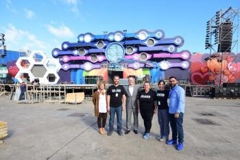 El alcalde Augusto Hidalgo recorre el escenario del Carnaval de La Eterna Primavera junto a sus diseñadores