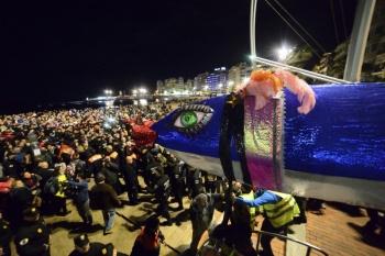 La corte del Carnaval de La eterna primavera, murgas y comparsas y 121 carrozas recorren la ciudad en la gran cabalgata