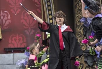 Brujas, elfos, ninfas y hadas convocan a más de cinco mil personas en el festival de disfraces infantiles