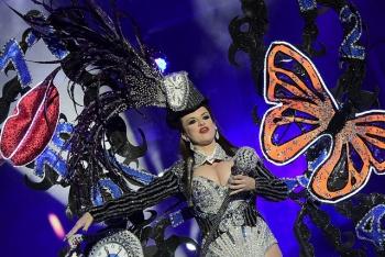 Ana Pilar Suárez en la categoría individual y Amanecer Rociero en la de grupos, ganadores del concurso de disfraces del Carnaval 2018