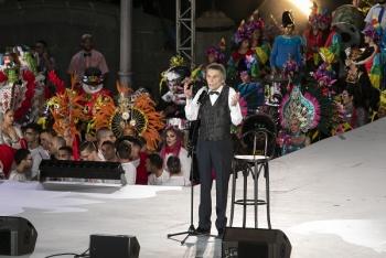 Un pregón cargado de humor y sentimiento abre el Carnaval de la ciudad ante una abarrotada Plaza Santa Ana