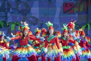 Cuarenta y nueve actuaciones, miles de seguidores y un sol de justicia, ingredientes del Festival de Disfraces