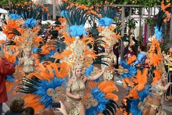 Triana celebra su primer Carnaval de día con comparsas, murgas y animación infantil