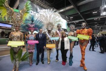 Fitur se rinde ante la troupe del Carnaval